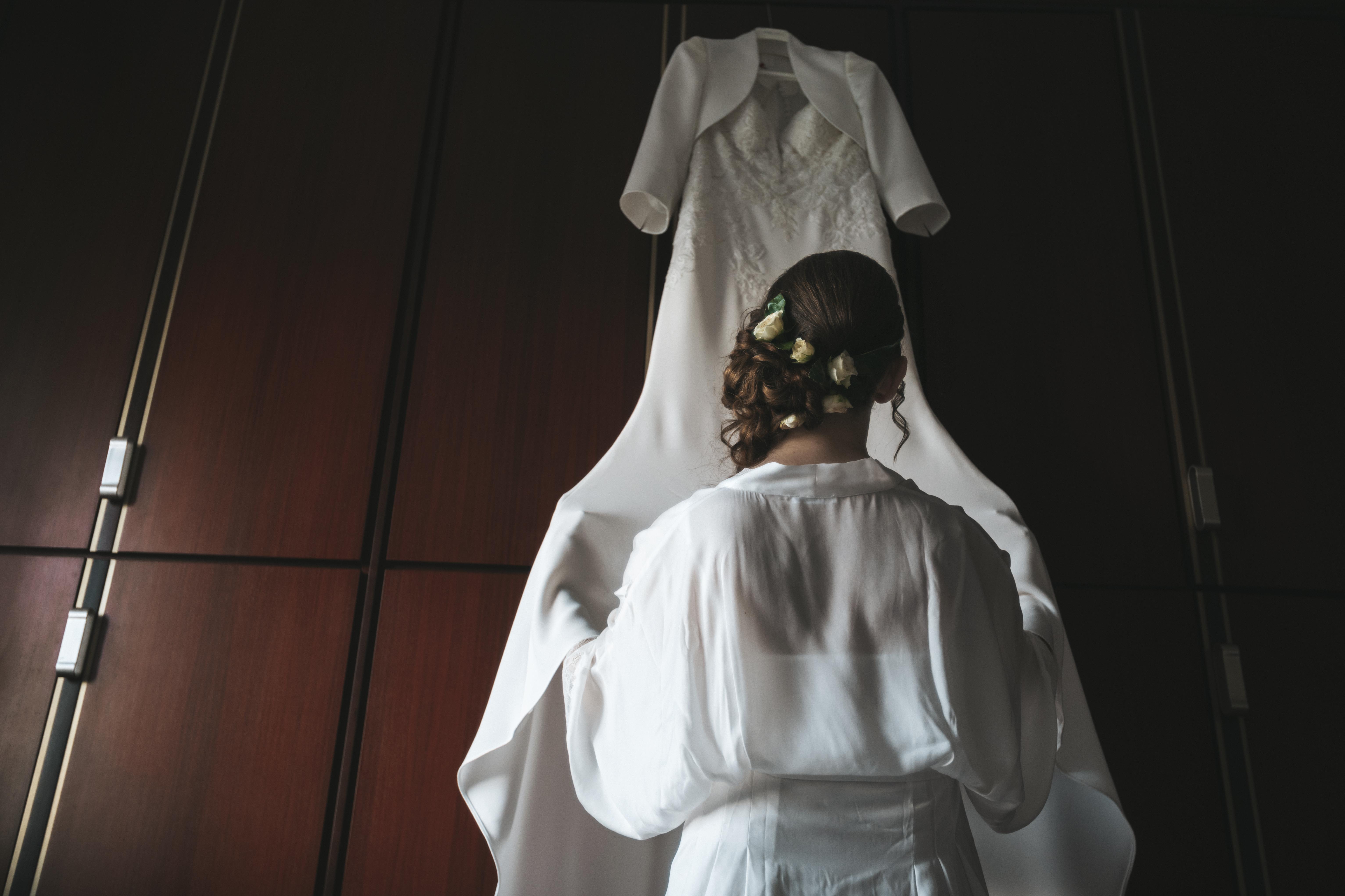 sposa davanti al vestito